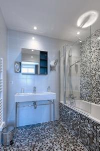 awesome bathroom with tub in Cannes Apartment Starlette II luxury home