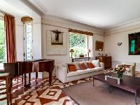 charming sitting area of Cannes Villa L'Autre Temps luxury apartment