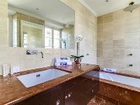 fabulous bathroom with tub in Cannes Villa L'Autre Temps luxury apartment