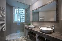 clean and fresh bathroom in Barcelona - Sant Antoni Market 3BR luxury apartment