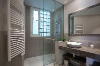 fresh and clean bathroom in Barcelona - Sant Antoni Market 3BR luxury apartment