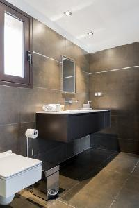 neat and trim bathroom in Corsica - Oso luxury apartment