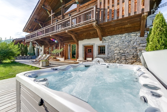 awesome outdoor hot tub of French Alps - Le Diamant luxury apartment