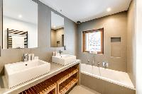 neat and trim bathroom with tub in French Alps - Le Gypaète luxury apartment