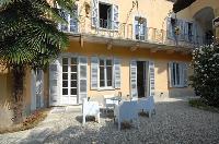 pretty patio and garden of Villa San Giulio luxury apartment