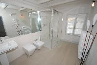 spic-and-span bathroom in Villa San Giulio luxury apartment