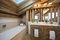cool bathtub in Chalet La Vigne luxury apartment, holiday home, vacation rental