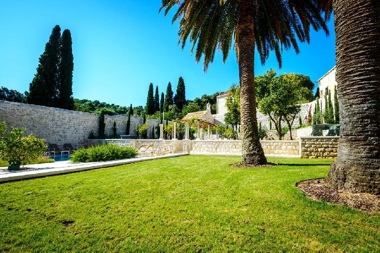beautiful garden of Luxury Villa Castle Zaton holiday home