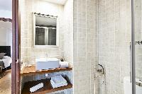 spic-and-span bathroom in Barcelona Eixample - Bruc luxury apartment