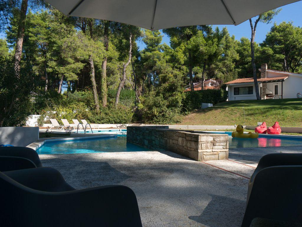 awesome swimming pool of Athens - Evergreen Villa luxury apartment