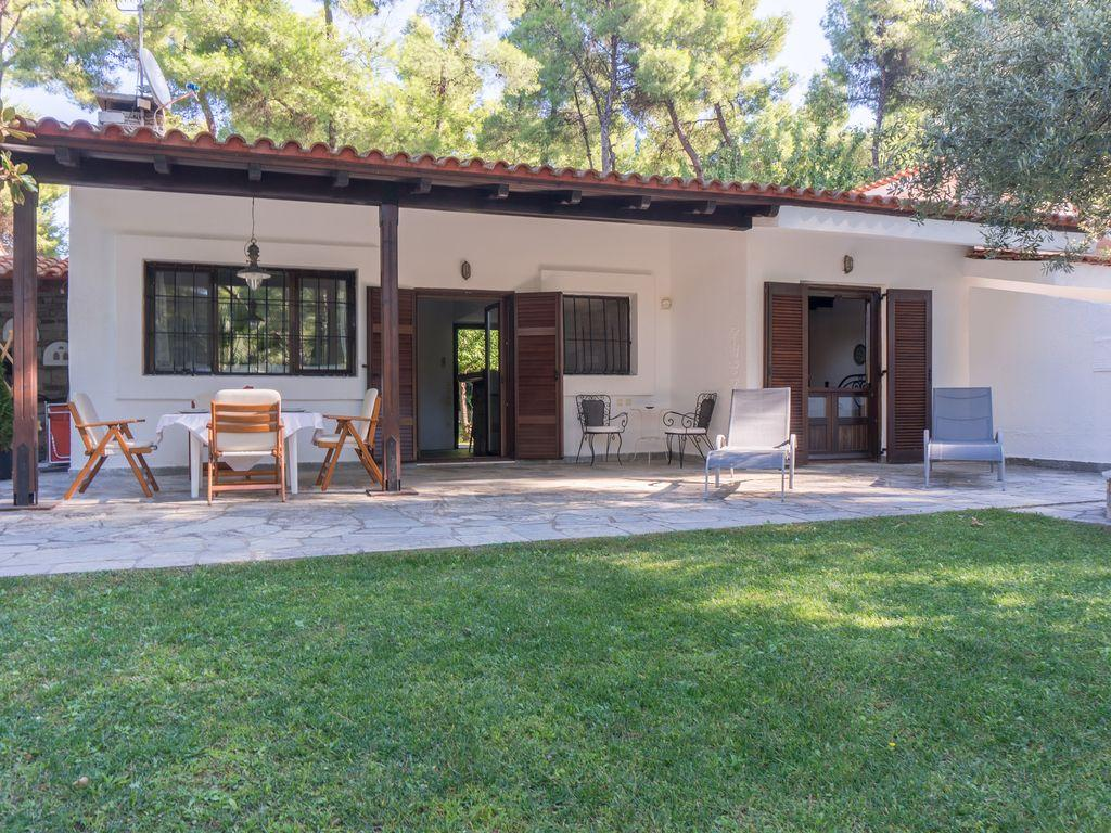 well-manicured lawn of Athens - Evergreen Villa luxury apartment
