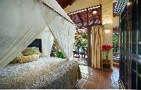 pristine bed sheets and pillows in Costa Rica Casa Oceano luxury apartment