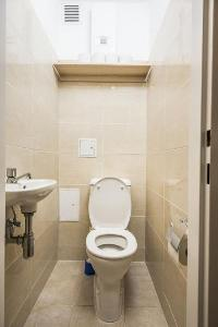 neat and trim toilet and bath in Vienna - Apartment F21/7 lusury vacation rental and holiday home