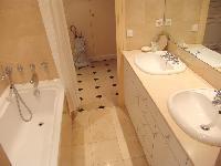 clean bathroom in Saint Germaine des Prés aux Clercs luxury apartment