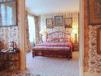 pretty bedroom in Saint Germaine des Prés aux Clercs luxury apartment