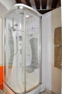 refreshing shower in Paris - Saint Paul 3 SP3 luxury apartment