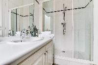 light-filled bathroom, equipped with both a bathtub and shower in a 4-bedroom Paris luxury apartment