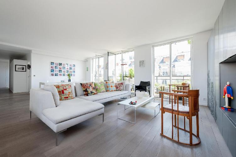 an elegant and aristocratic 2-bedroom Paris luxury apartment with plenty of high-end home comforts