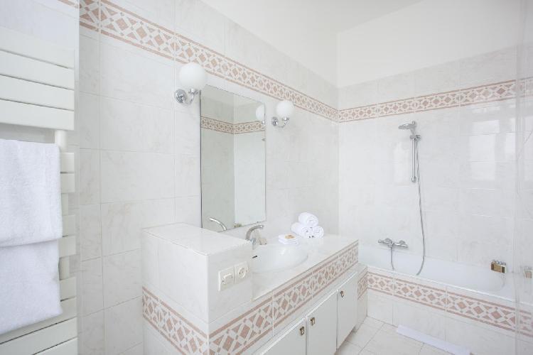 sleek en suite bath in Paris luxury apartment