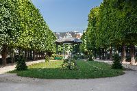 nearby park close to Paris luxury apartment