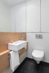 fresh and neat bathroom in Paris - Square Alboni luxury apartment