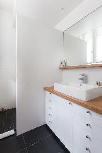 neat and fresh bathroom in Paris - Square Alboni luxury apartment