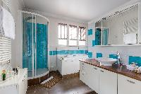 turquoise-and-white bath in Paris luxury apartment
