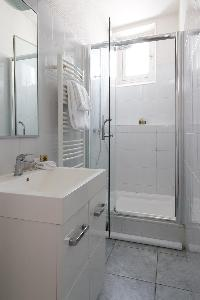 sleekly contemporary shower room in Paris luxury apartment