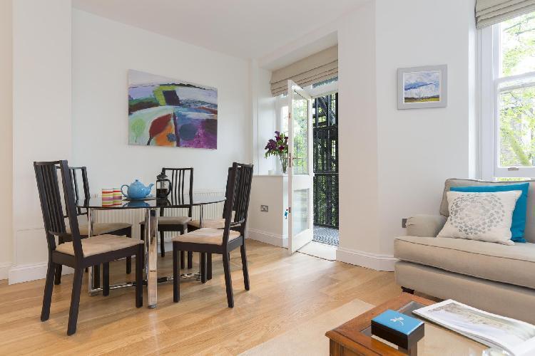 charming dining area in London Drayton Gardens III luxury apartment