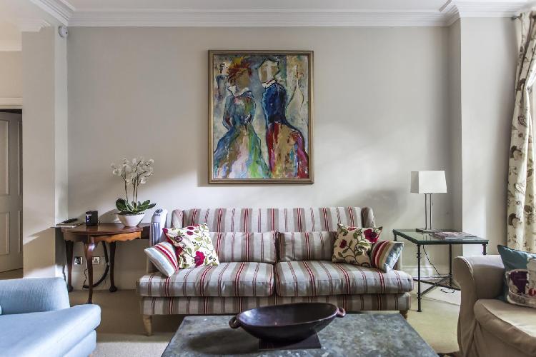 charming sitting room of London Sloane Gardens luxury apartment