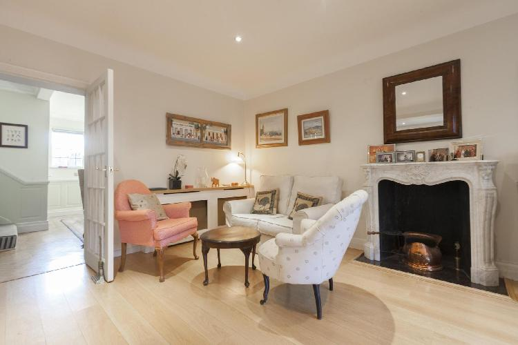 pretty sitting area in London Inner Park Road luxury apartment