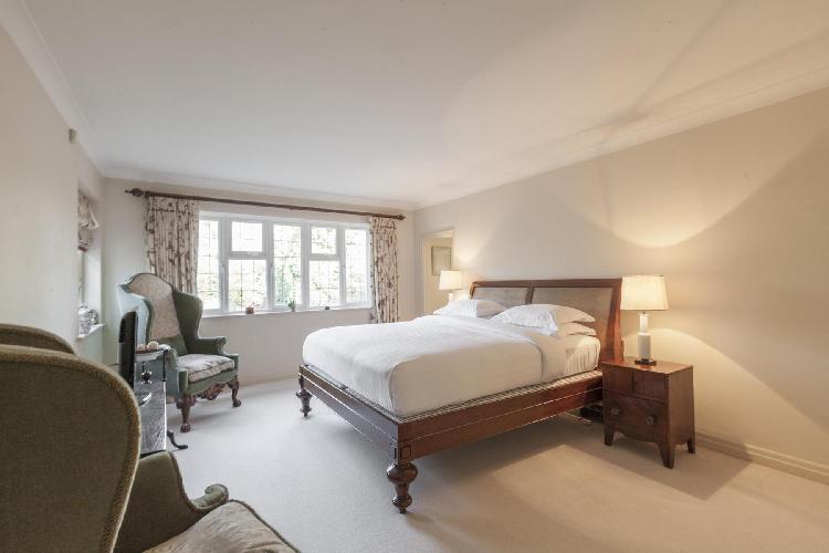 spacious bedroom in London Inner Park Road luxury apartment