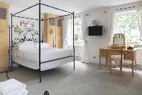 four-poster bed in London Alwyne Place luxury apartment