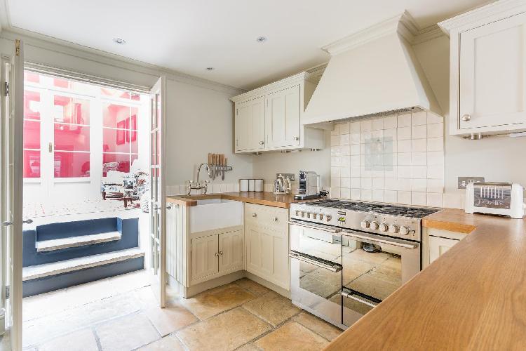 bright and breezy London Kinnerton Street luxury apartment