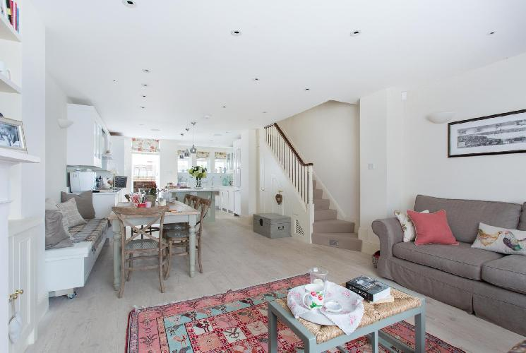 nicely furnished London Hillgate Place luxury apartment