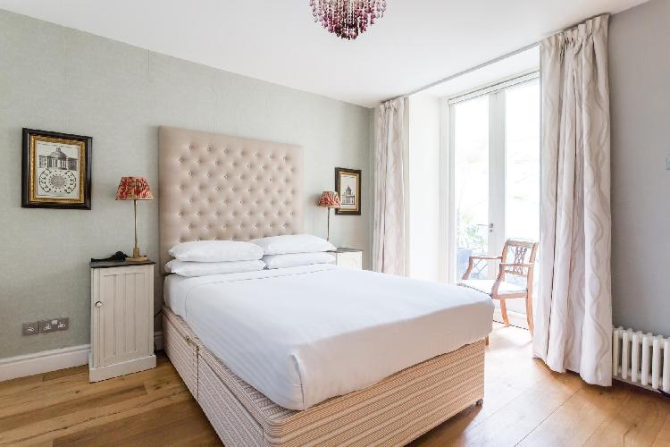 fully furnished London Queens Gardens III luxury apartment