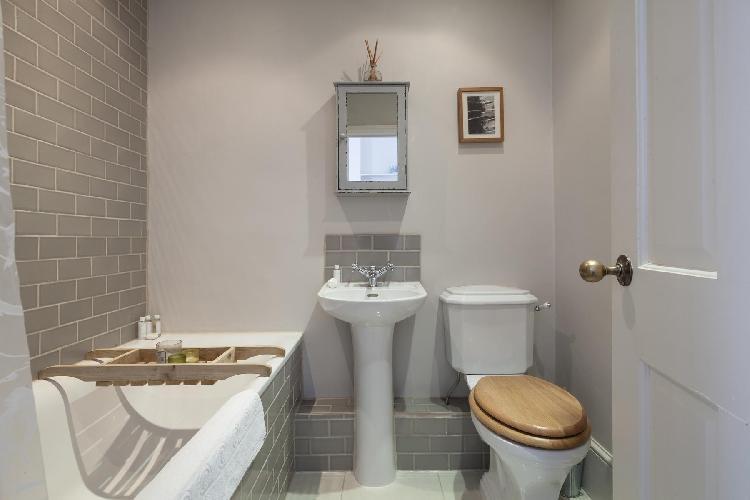 fresh an clean toilet and bath in London Princess Road III luxury apartment
