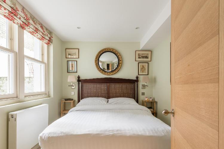 natural light-bather bedroom in London Bramerton Street V luxury apartment