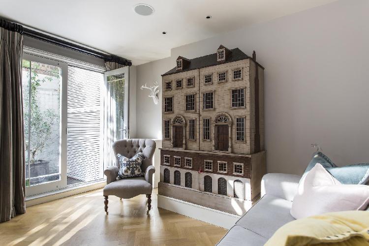 spacious London Ovington Gardens luxury apartment