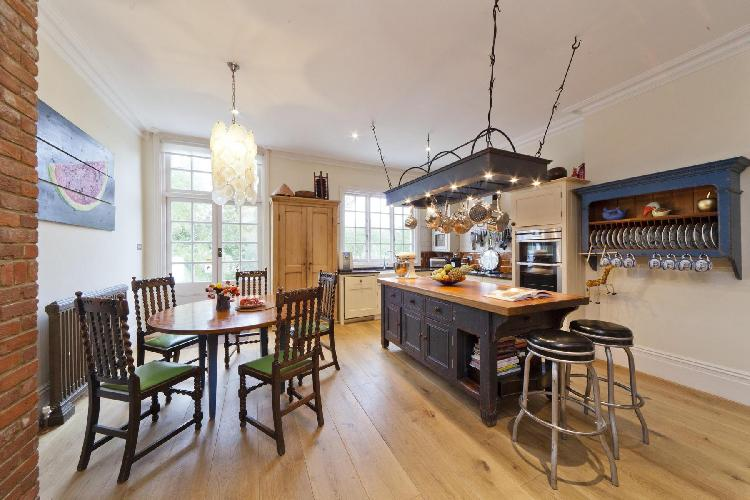 bright and breezy London Mapesbury Road luxury apartment