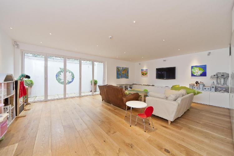 breezy and bright London Mapesbury Road luxury apartment