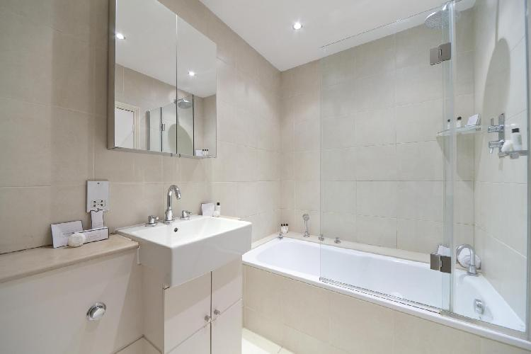 fresh and clean bathroom with tub in London Harcourt Terrace luxury apartment