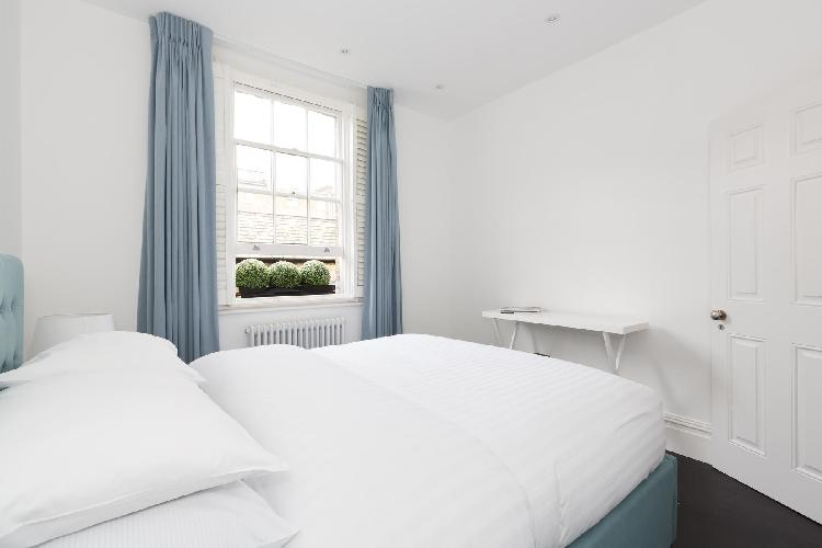 immaculate sheets in a bedroom of London Callow Street III luxury apartment