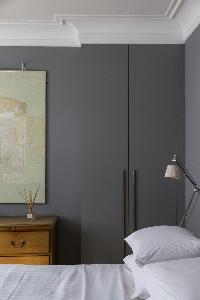 crisp and clean bedroom linens in London De Walden Street luxury apartment