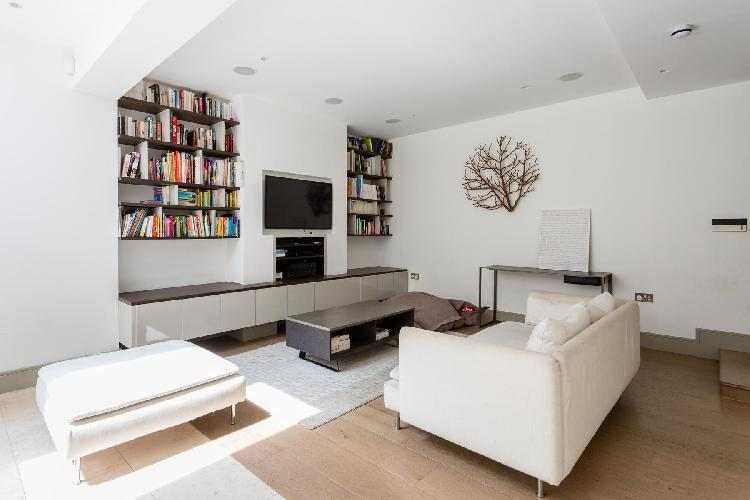 chic and charming sitting room of London Earl's Court Gardens II luxury apartment