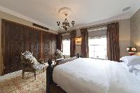 spacious master bedroom of London Alwyne Villas luxury apartment