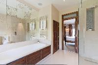ensuite bathroom with tub in London Alwyne Villas luxury apartment