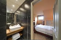 ensuite bath of attic bedroom in London Alwyne Villas luxury apartment