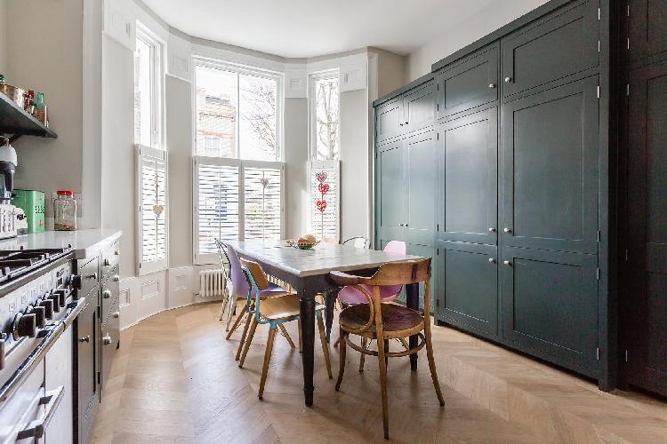 homey, country-themed kitchen of London Brussels Road luxury apartment