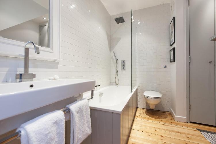 fresh and clean bathroom in London Whitecross Street luxury apartment